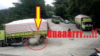 moment langka dua ban truck meledak secara bersamaan di sitinjau lauik