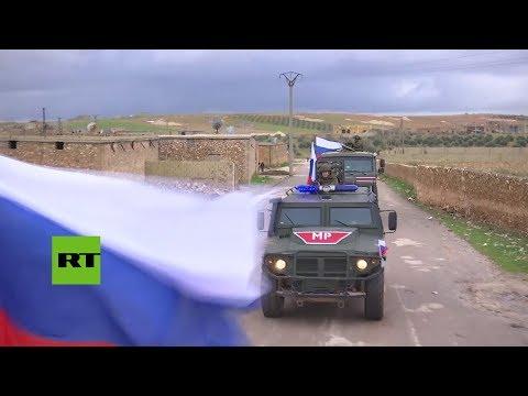 La policía militar rusa patrulla en la región Siria de Manbij
