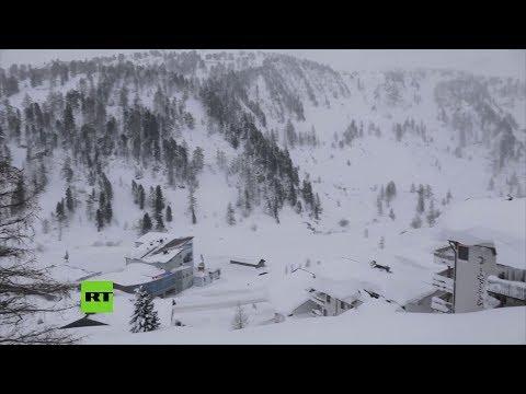 Vehículos sepultados por la nieve en Austria