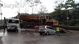 Detik detik Truck Fuso muatan ADT gak kuat nanjak, malah gantian ditarik