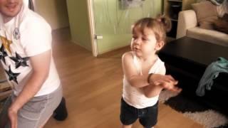 Kind tanzt zu Krokodil am Nil