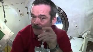 Uzayda ağlamaya çalıştı bu hale geldi İZLE