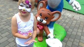 Алиса развлекается в парке Alice having fun in the Park