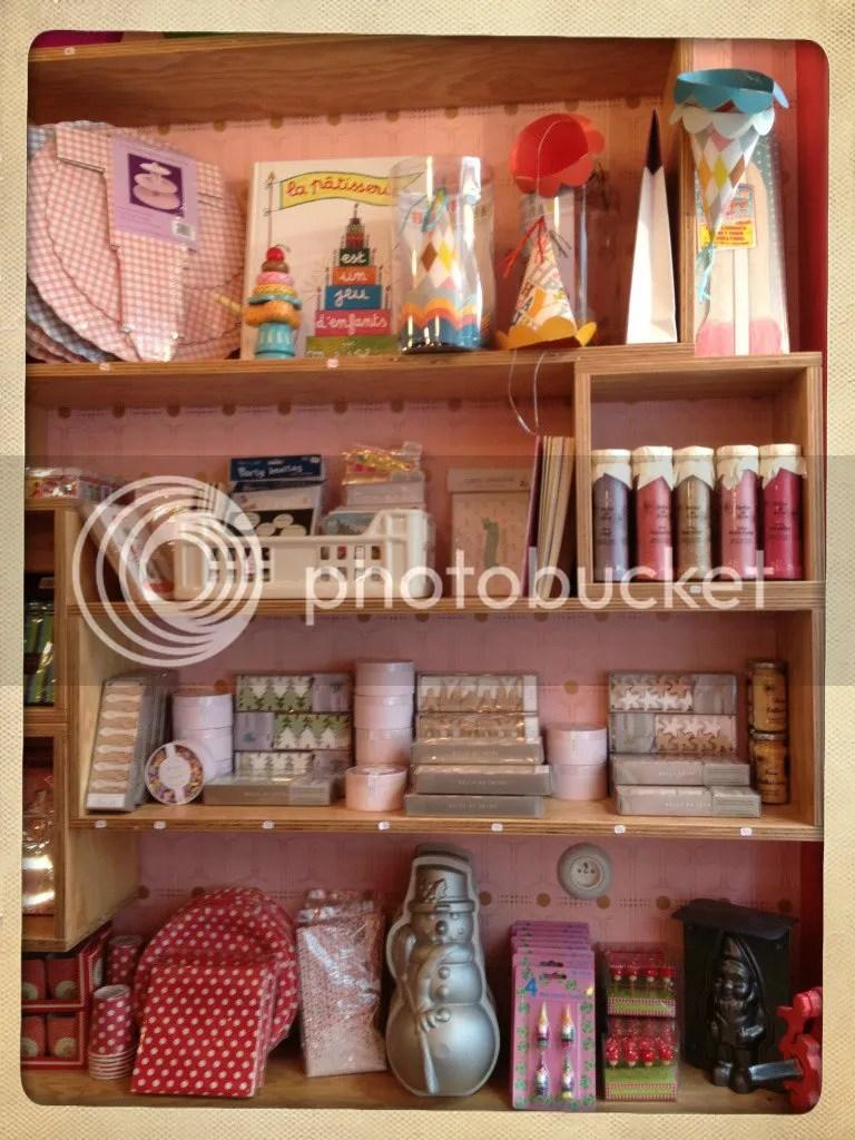 estantería con utensilios de cocina bonitos