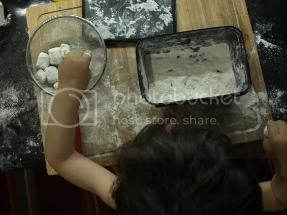 quitando sobrante harina