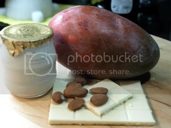 Postre de mango con yogur y chocolate blanco
