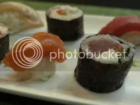 sushi de atún y sashimi de salmón