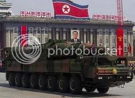Észak-KIorea díszlet-rakétákkal riogat