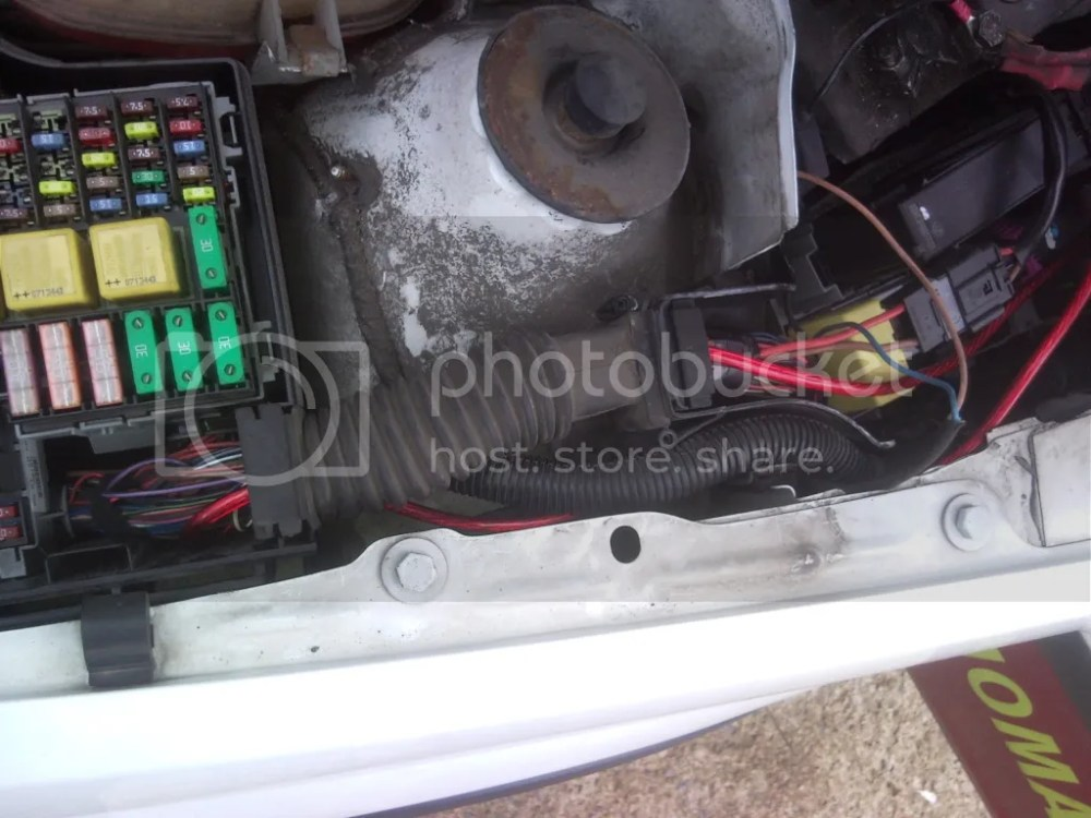 on vauxhall combo 52 plate fuse box