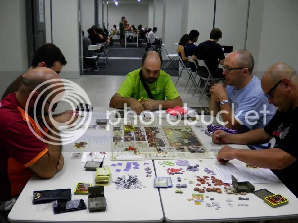 Juego de mesa desplegado con todos los jugadores concentrados