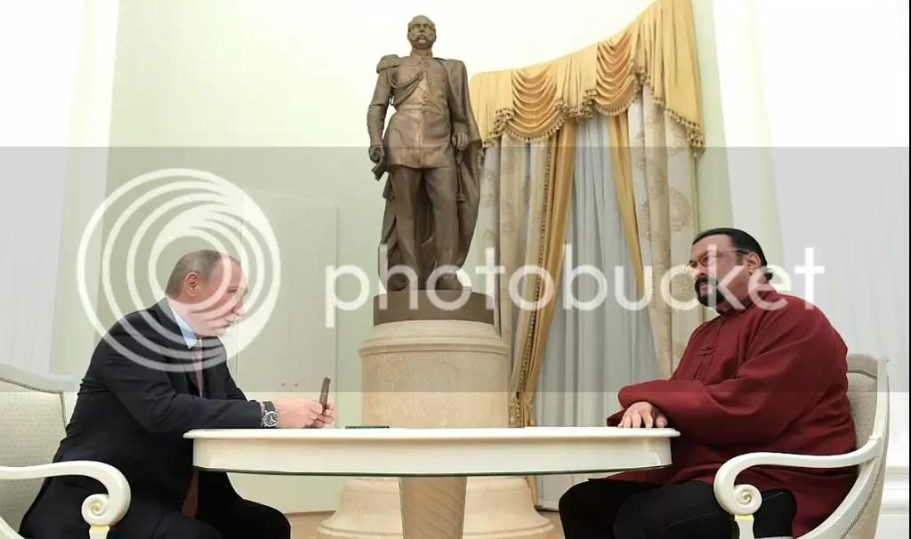 Vladimir Putin entrega a Steven Seagal pasaporte ruso