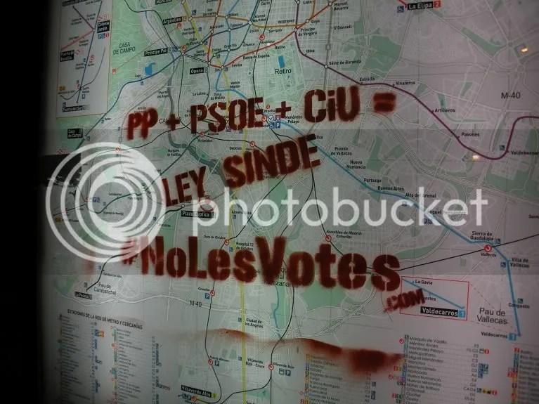 Pintada #nolesvotes en un cartel de cercanías de Madrid (Plaza Elíptica)