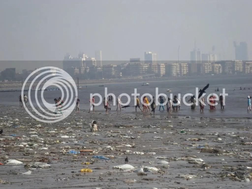 Plasticos en una playa en Mumbai