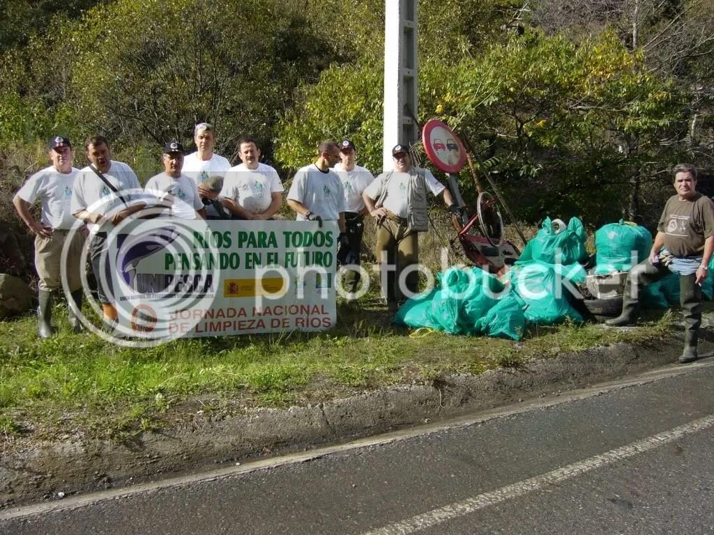 Voluntarios limpieza rio Narcea