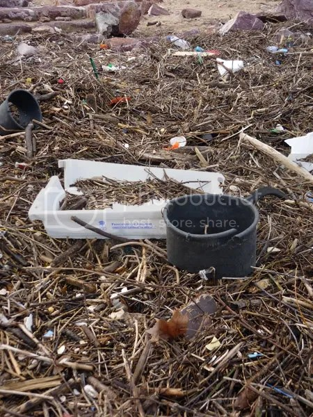 Desechos y contaminacion en la playa de Xivares