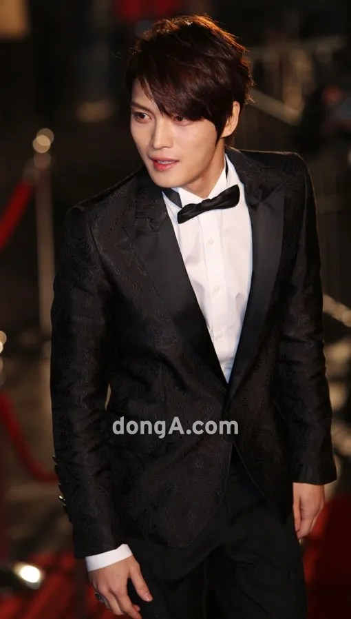 https://i0.wp.com/i1147.photobucket.com/albums/o550/JYJThree/2012/November/121130%20JJ%20at%20Blue%20Dragon%20Film%20Awards/Korean%20Press/jaejoong-blue-dragon-red-carpet.jpg
