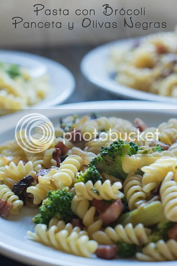 Pasta con brócoli, panceta y olivas negras