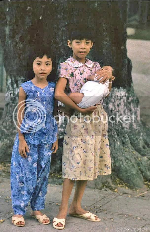 Hồ Hoàn Kiếm - Hà Nội: 2 Girl với bé