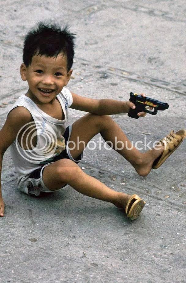 Hồ Hoàn Kiếm - Hà Nội: Cậu bé với súng nước