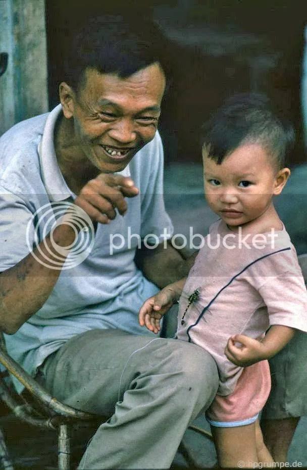 Hà Nội: Ông nội với cháu nội và con chuồn chuồn