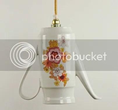 Zu einer Hängeleuchte umfunktionierte Kaffeekanne Teekanne aus Porzellan Keramik Küchenleuchte Esszimmerleuchte weiß Blumenmuster