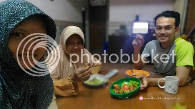 Makan Bersama Keluarga Di Rumah