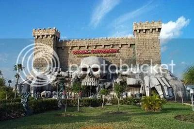 Castillo con una calavera enorme en su entrada