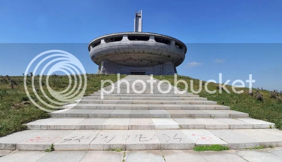 Главен проектант на паметника е арх. Георги Стоилов.