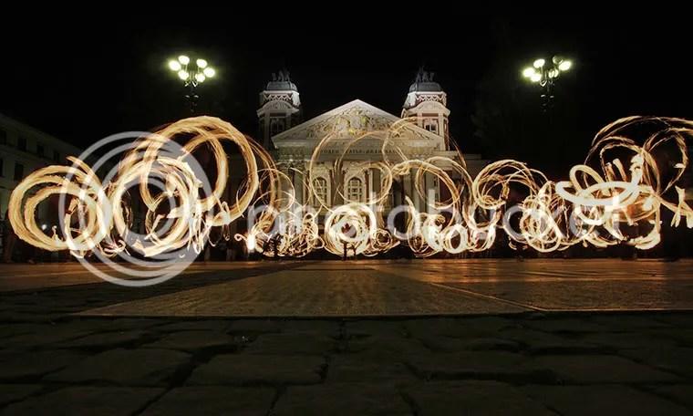 Những chiếc vòng lửa trước nhà hát quốc gia ở Sofia, Bulgaria.