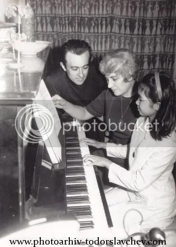 Блага Димитрова с дъщеря си виетнамчето Ха и съпруга си Йордан Василев, 1969 г.