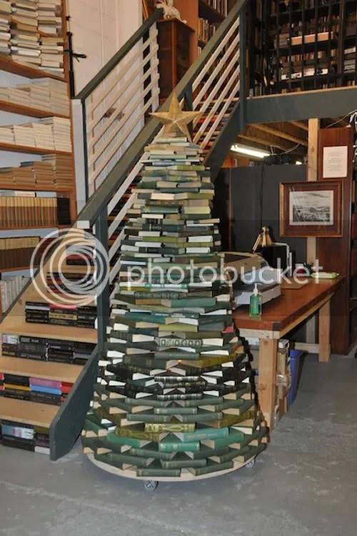 Árbol de Navidad de altura, formado por decenas de libros