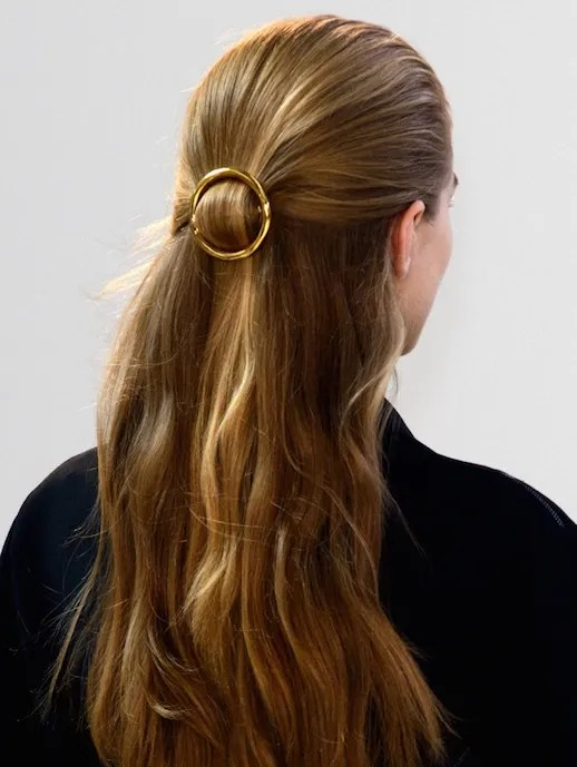 Le Fashion 15 Ways To Style Your Hair With A Circle Clip