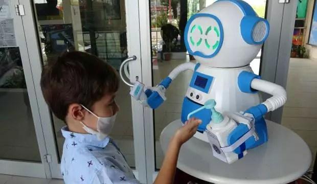 Bu robot ateş ölçüyor, dezenfektan sıkıyor, maske veriyor 1