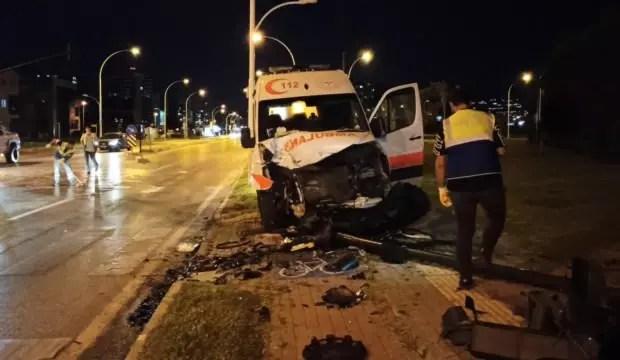 Bursa'da ambulans ile ticari araç çarpıştı: 3 yaralı 1