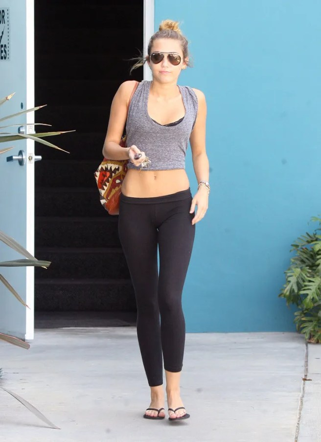 photo Miley-Cyrus-showed-off-her-abs_zps17f1153f.jpg