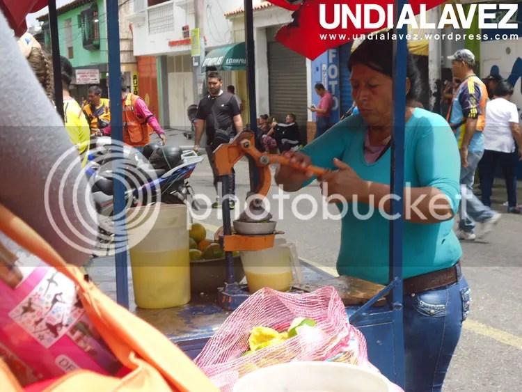 Señora vendiendo jugos de naranja