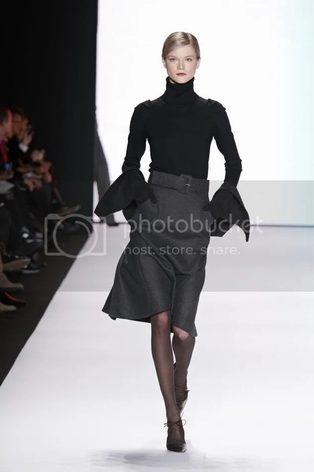 2. Kasia Struss:Dark gray wool flannel wing skirt, black cashmere turtleneck, dark gray velvet belt, black suede gloves