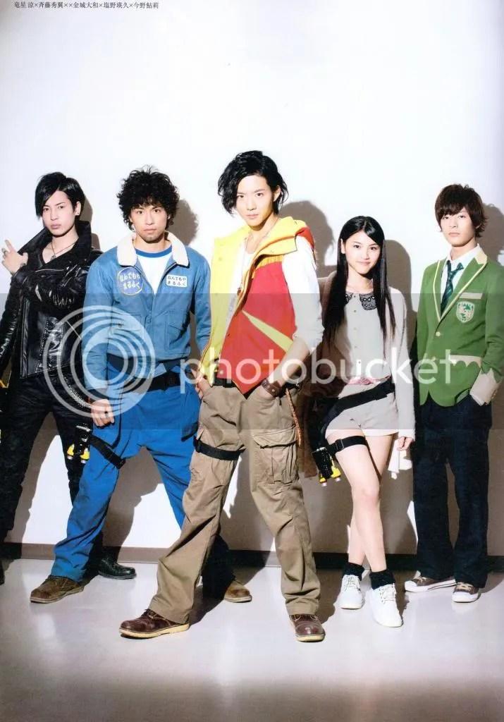Com o elenco de Kyoryuger