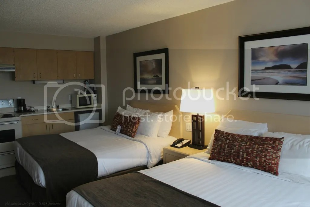 photo Comfy Queen Beds and Kitchenette in Victorias Embassy Inn_zpsf8yewjlr.jpg