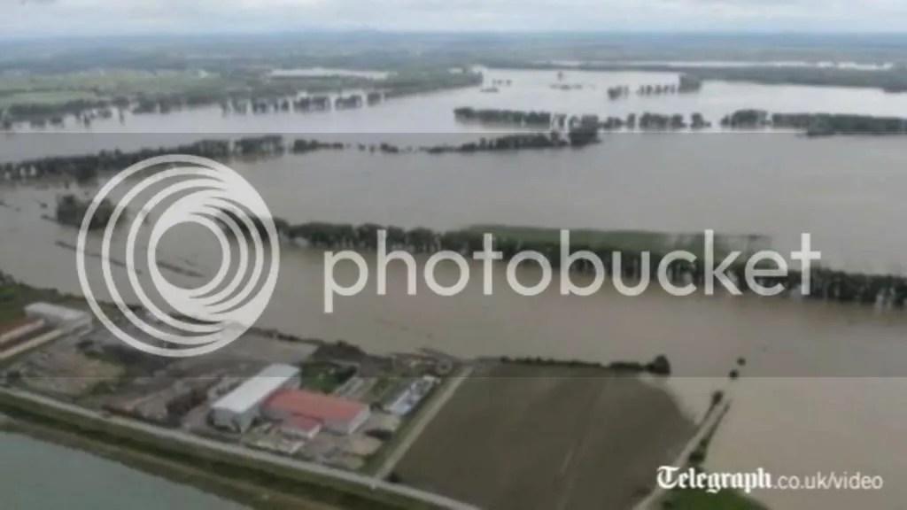 photo AerialfootageshowsextentoffloodingacrossEurope-PragueV01-19_zpsc5569f49.jpg