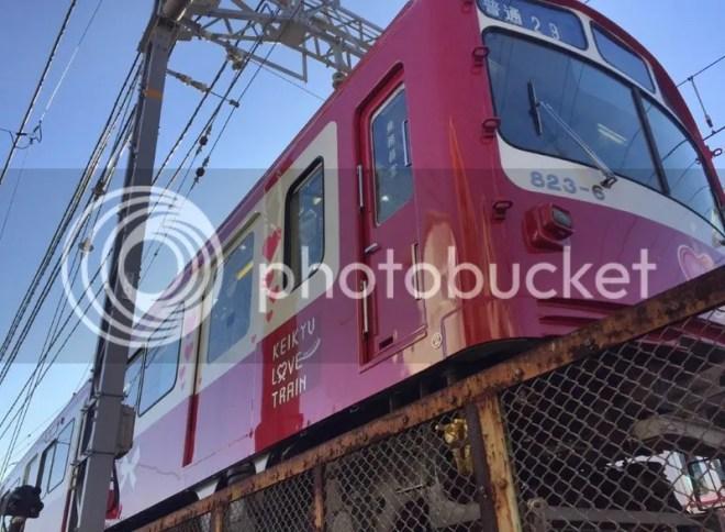 Japón: el Tren del Amor de Tokio, de la línea Keilyu Main Line (京急本線) que circula entre las estaciones de Shinagawa (品川駅) y Uraga (浦賀駅)