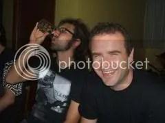 Alec sorride mentre Luca trae forza dalla birra