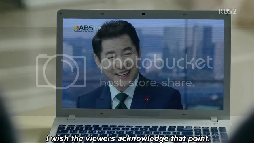 Healer ep 18 Moon Shik smiles during the broadcast