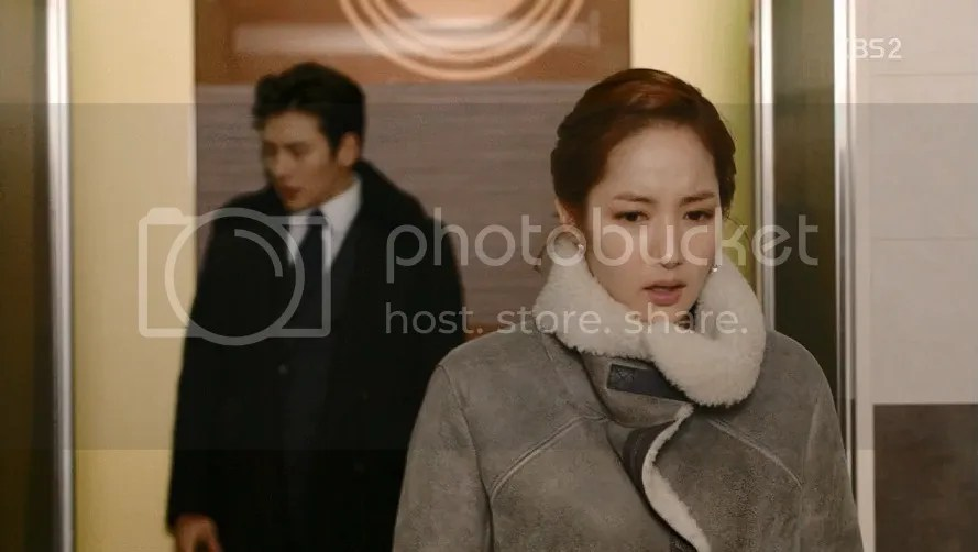 Healer Ep 10 Young Shin walking out of the elevator