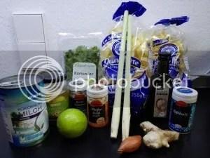 Kokosmilch, Knoblauch, Limette, Koriander, Zitronengras, Ingwer, Schalotte, Sesamöl, Salz, Kreuzkümmel, Pfeffer und Tagliatelle.