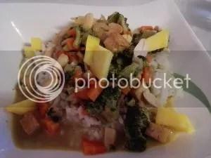 Gemüse-Curry mit Mango und Erdnüssen auf Reis