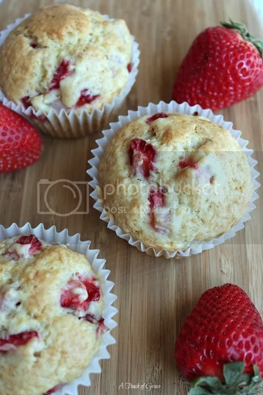 photo strawberry muffins-3_zpsaevudmyy.jpg