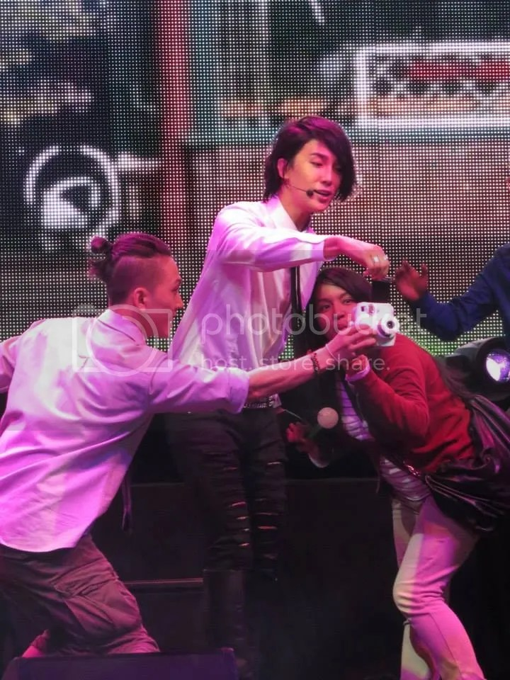 photo park-jung-min-having-interaction-with-fans-on-stage-720x960_zpsc0f68eae.jpg