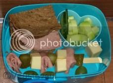 Sate prikker met kaas, boterhamworst en augurk verder nog komkommer en druiven!