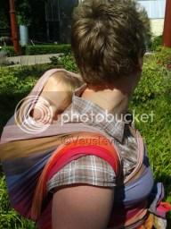 In de draagdoek, bij mama op haar rug lekker slapen!